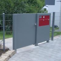 Toranlage mit Briefkasten und Zaun