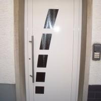 Aluminiumhaustür mit Glasornamenten und Edelstahlgriff