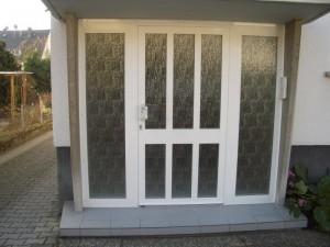 Aluminuimhaustür mit Glasornamenten