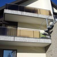 Terrassengeländer mit Glasfüllung und Wendeltreppe