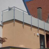Verzinktes Geländer mit lackierter Blechfüllung