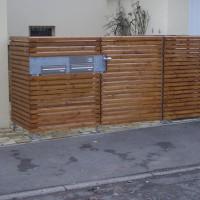 Toranlage mit Holz und Briefkastenanlage