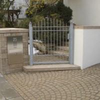 Gartentor mit verzinkten Rundprofilen und Mauerbriefkasten